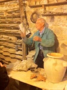 A Castelli (Abruzzo) un artigiano ultra ottantenne insegna l'arte della ceramica